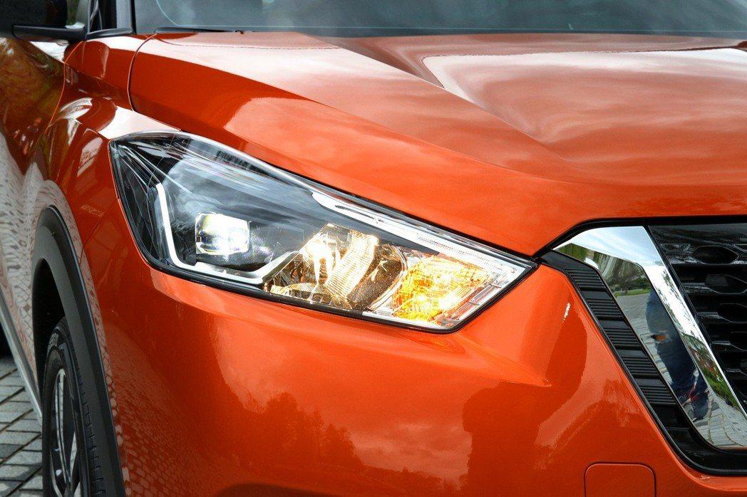 旗艦車型配備主動式LED魚眼頭燈。 記者陳威任/攝影