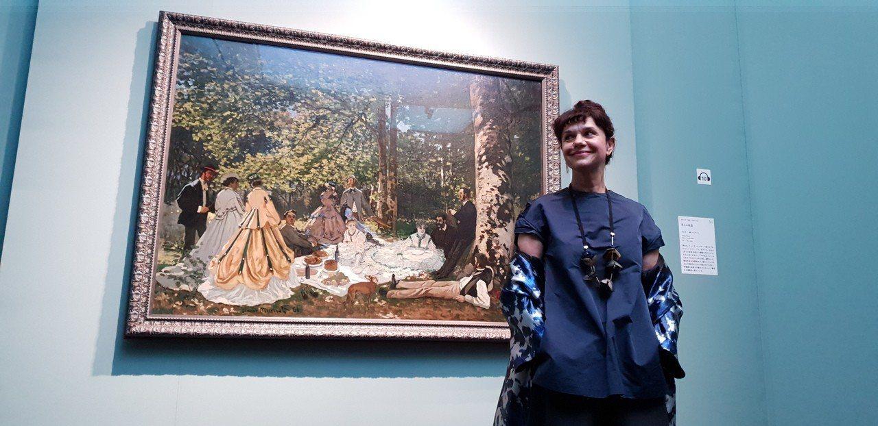 俄羅斯普希金館長瑪莉娜(Marina Loshak),其背後是莫內名畫「草地上的...