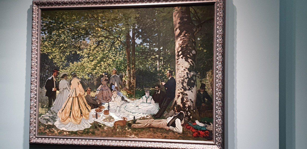 普希金博物館鎮館之寶「草地上的午餐」,樹幹上有莫內向女友示愛的符號。記者陳宛茜/...