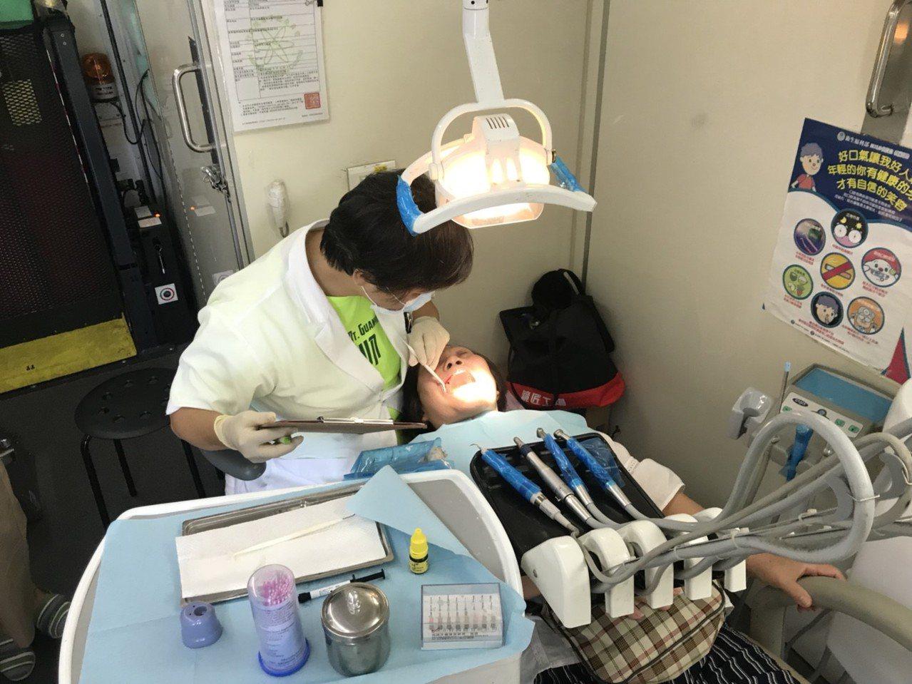 今年新北首創全國幫65歲以上長者免費塗氟服務,推動最進步的「塗氟」護齒觀念,要讓...