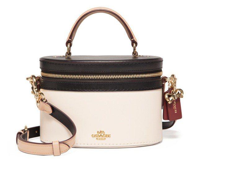 COACH x Selena Gomez箱型手袋,售價14,800元。圖/COA...
