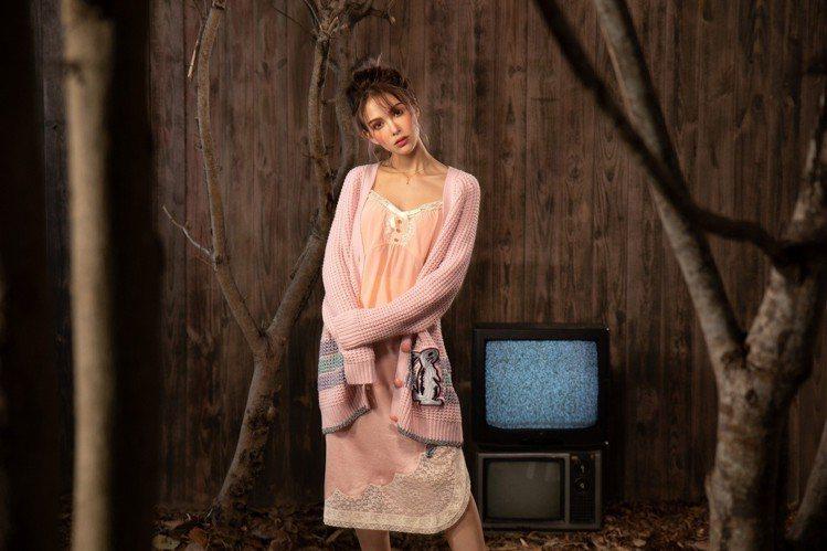 昆凌身穿COACH x Selena Gomez開襟針織衫19,800元、背心1...