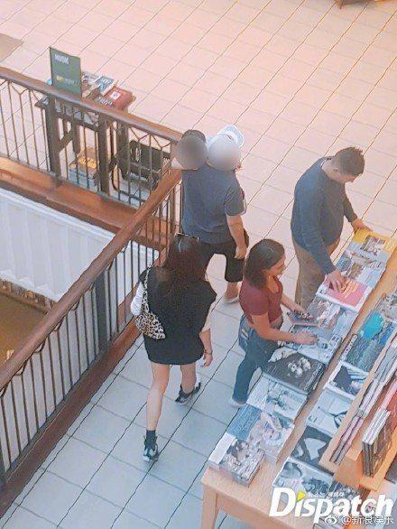 全智賢和老公、兒子現身洛杉磯商場的書店。圖/摘自Dispatch