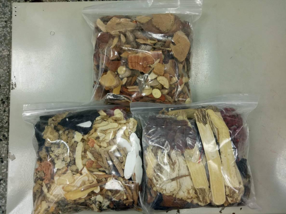士林官邸鏢客集團所賣的不明中藥材。記者巫鴻瑋/翻攝