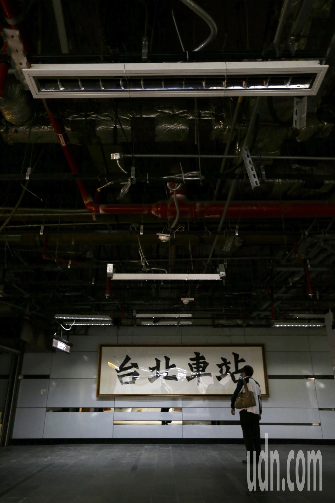 台鐵餐廳廚房變電設備下午突然燒毁,台北車站發生大跳電。部分商家及區域停電,旅客在...