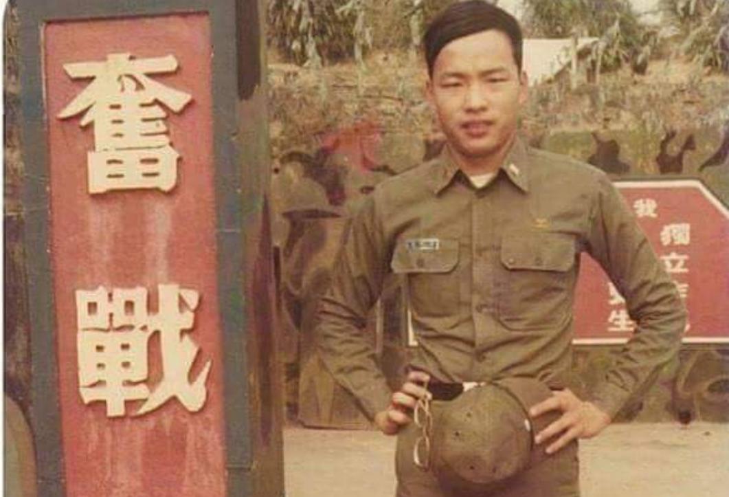 韓國瑜40年前當兵舊照曝光,濃密頭髮與現在招牌光頭外型差很大。圖/翻攝自「何炯榮...