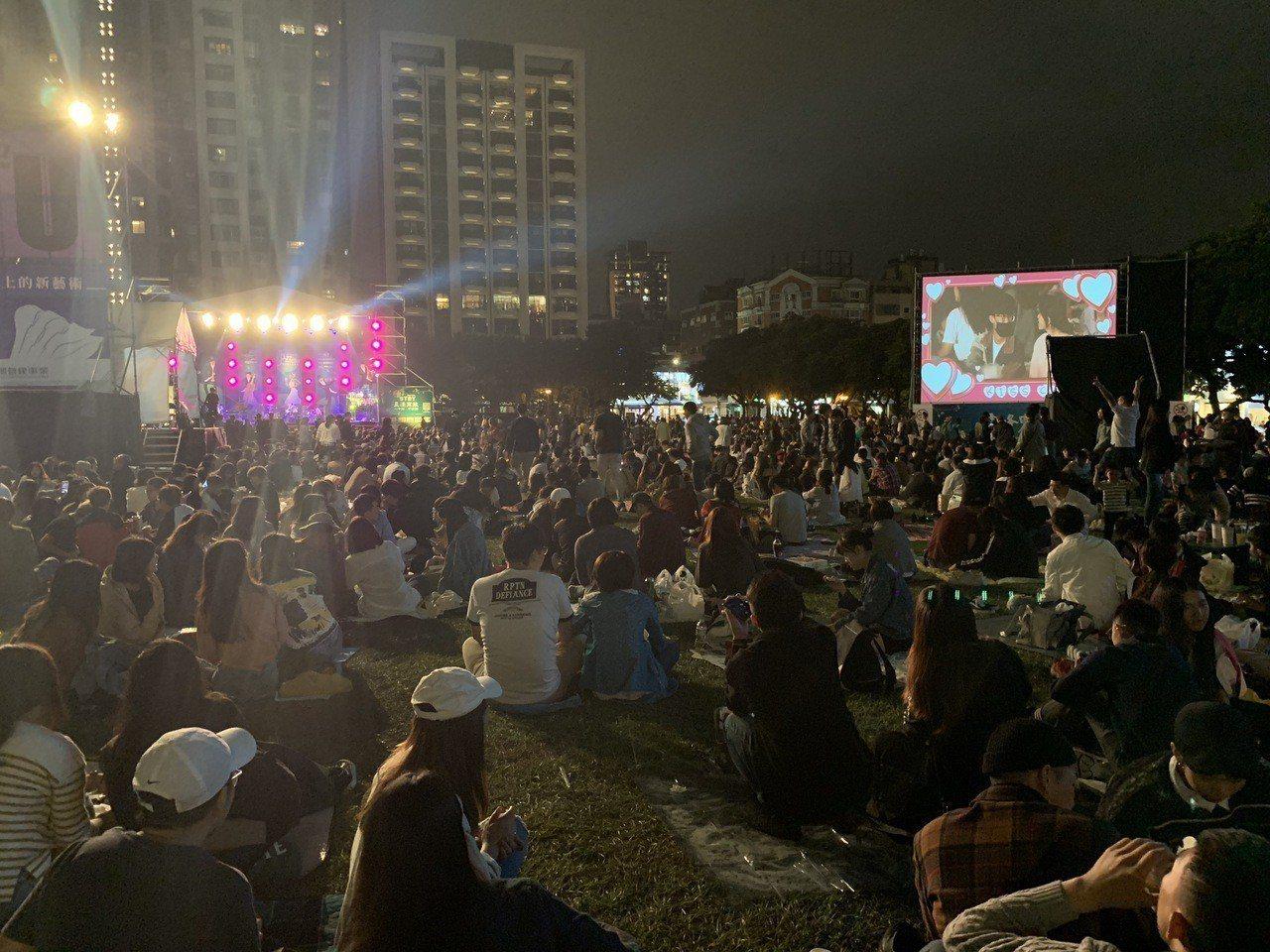 有市民在爵士音樂節粉絲團反映,「喝酒、玩酒瓶、大聲聊天…吵死人」,換了很多地方,...