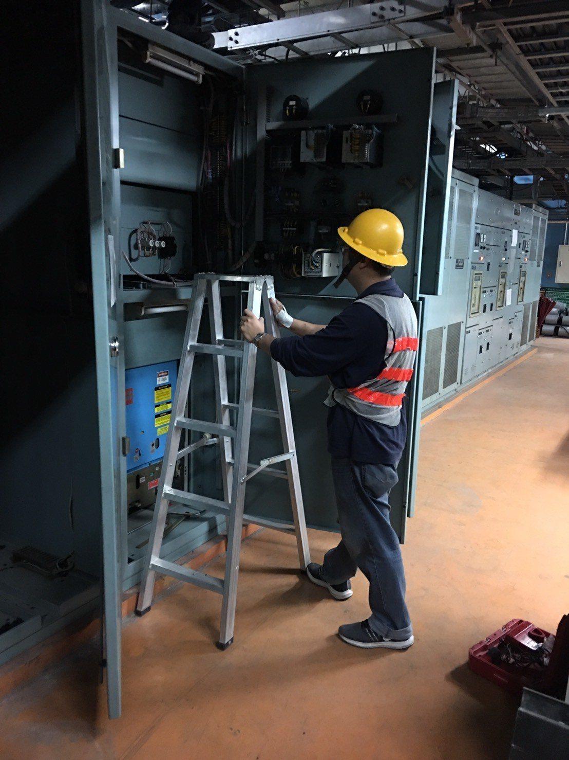 受到台鐵台北餐廳變電設備燒毁影響,台北車站1樓以及地下1樓部分區域跳電一片漆黑,...