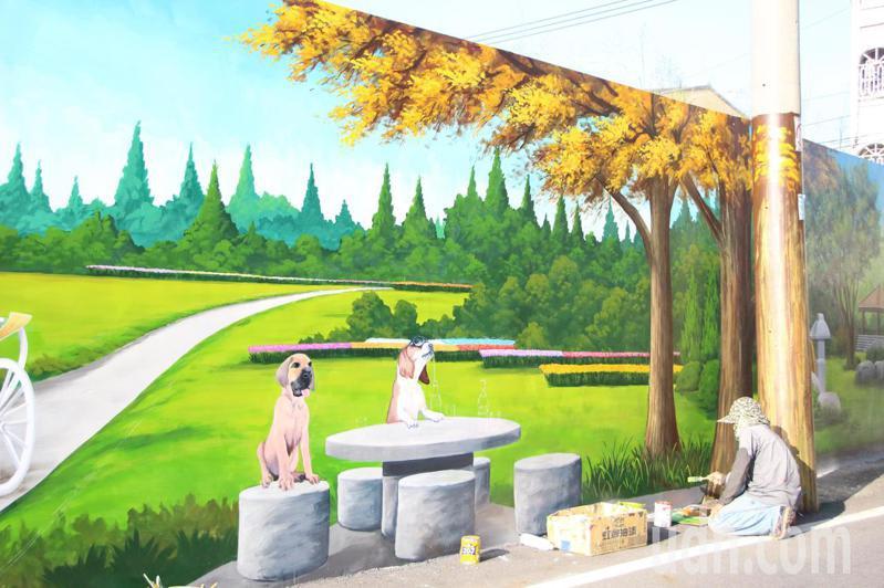 彩繪師設計美化社頭鄉協和村牆面。記者林敬家/攝影