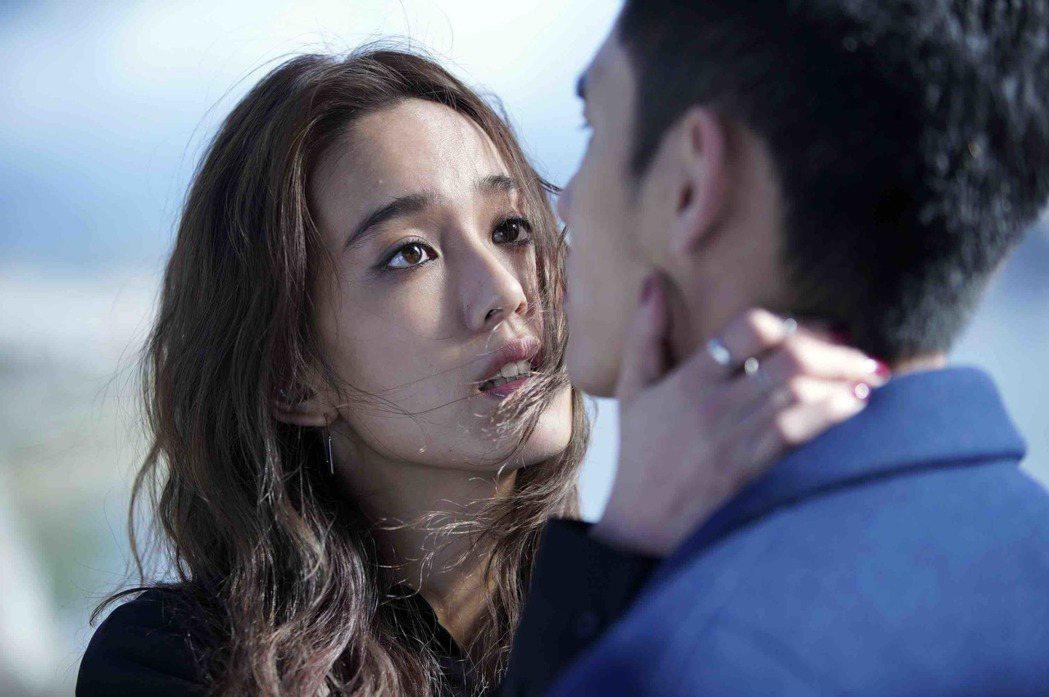 片中飾演陳庭妮、張書豪飾演未婚夫妻。圖/傳影互動提供