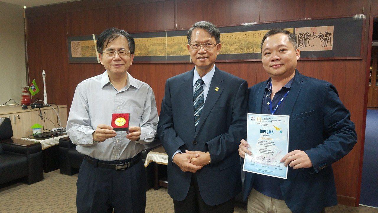 明新科大管理研究所教授林永禎(左)、助理教授白東岳(右)指導研究生設計協助聽力退...