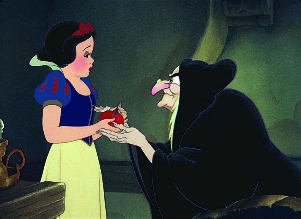 「白雪公主」隨便接受老婦人的蘋果,也讓現代媽媽覺得有問題。圖/摘自imdb