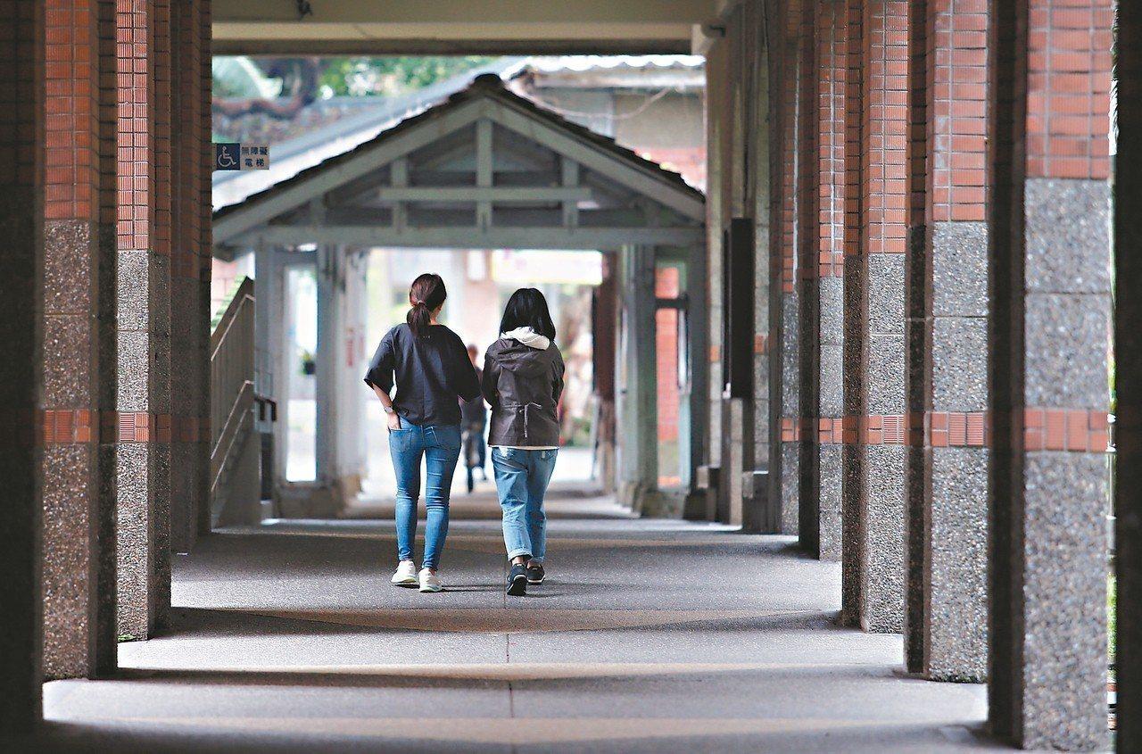 教育部公布下學年一般大學碩博士班招生名額,有卅七個系組博士班招生名額掛零,頂大也...