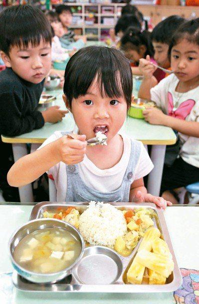 推廣「食育」觀念,全台十二組國中小團膳團隊,將挑戰在四十元的餐費限制下,利用在地...