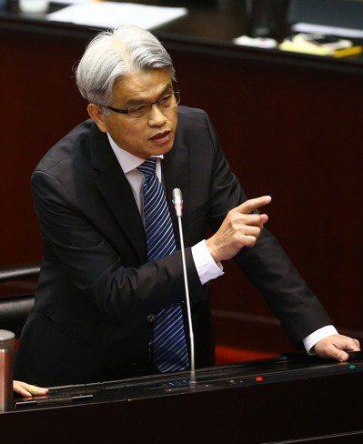 中選會主委陳英鈐,全力阻擋以核養綠公投。 圖/聯合報系資料照片