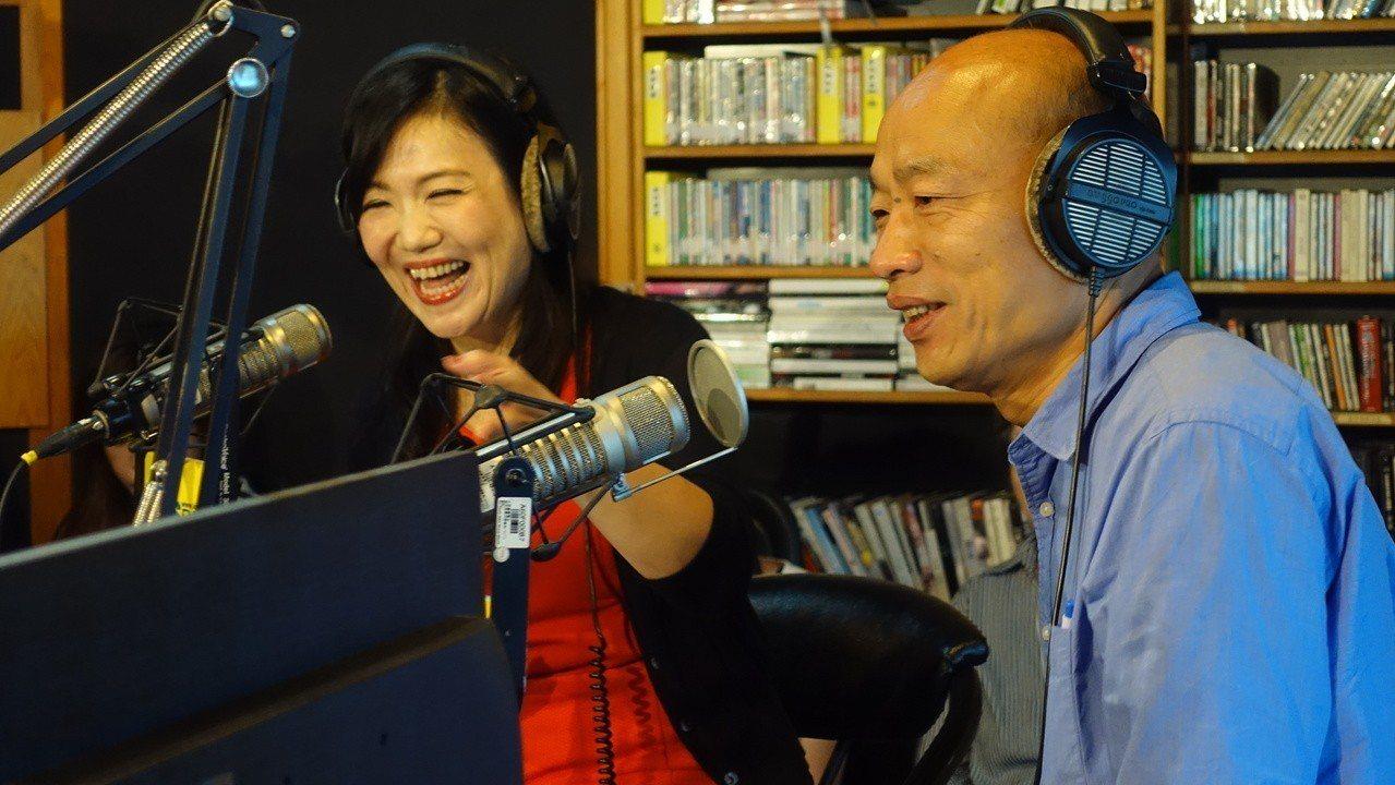國民黨高雄市長候選人韓國瑜(右)昨天接受Kiss Radio節目專訪。 記者劉星...