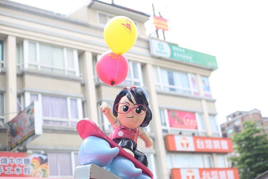 徐欣瑩的胖卡宣傳車上,設計有大眼睛戴眼鏡的欣瑩娃娃,很可愛。 圖/徐欣瑩競選團隊...