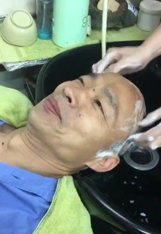 國民黨高市長候選人韓國瑜直播內容五花八門,從吃滷味到洗頭都有。 圖/截圖自韓國瑜...