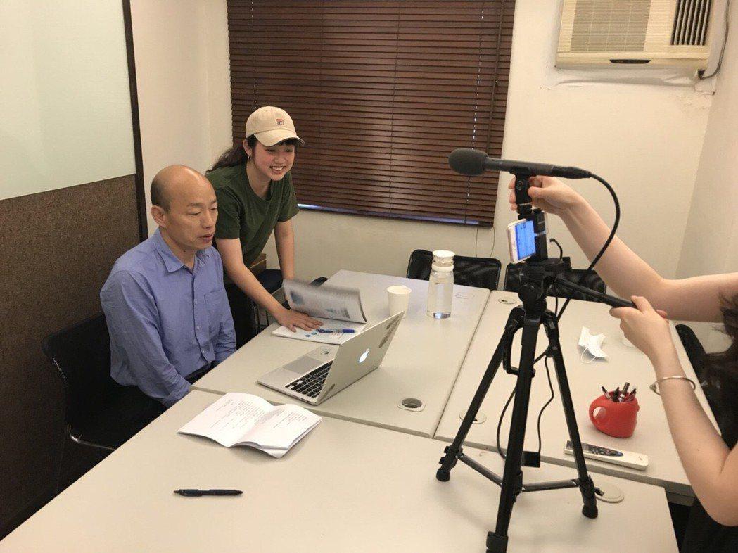 粉團小編為韓國瑜(中)做網路直播節目,從腳本到拍攝全包。 圖/韓國瑜競選團隊提供