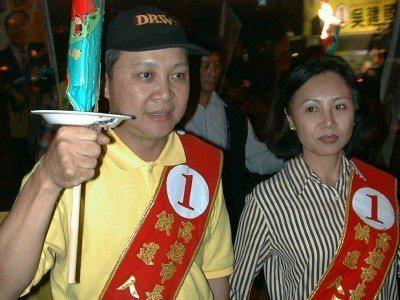 1998年,新黨高雄市長候選人吳建國偕同妻子成樹芬持火把遊街拜票。 圖/聯合報系...