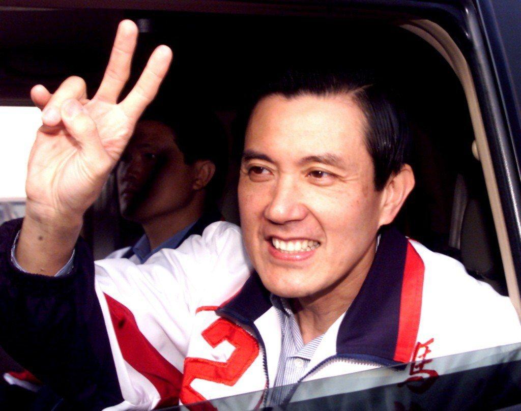 2002年,台北市長候選人馬英九拜票,不忘手舉2號請大家支持。 圖/聯合報系資料...