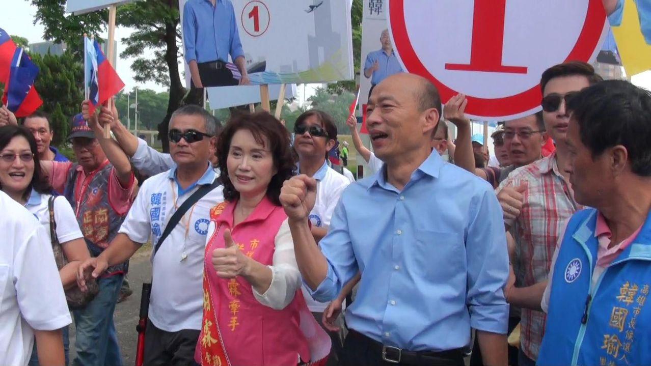 國民黨籍候選人韓國瑜抽中一號,眉開眼笑。 王昭月