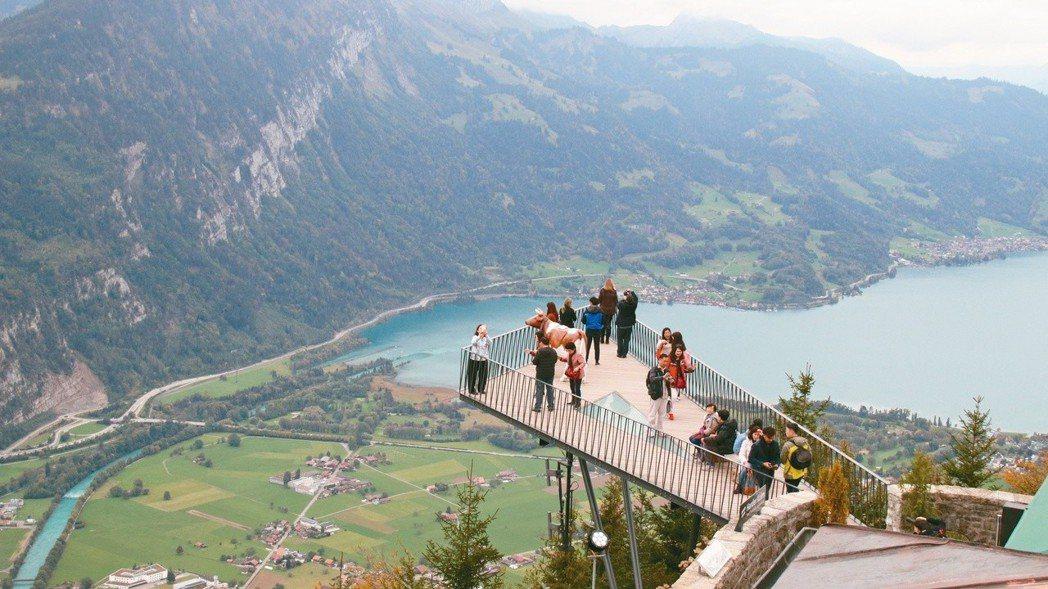 哈德昆觀景台可觀賞腳下茵特拉根與雙湖美景。 攝影/陳志光