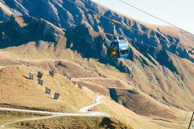 從格林德瓦搭纜車緩緩上菲斯特(First)遊樂區玩飛索、滑翔翼、開卡丁車。 攝影...