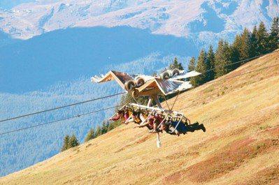 刺激但安全的四人滑翔翼從山上疾駛而下,讓人想一玩再玩。 攝影/陳志光