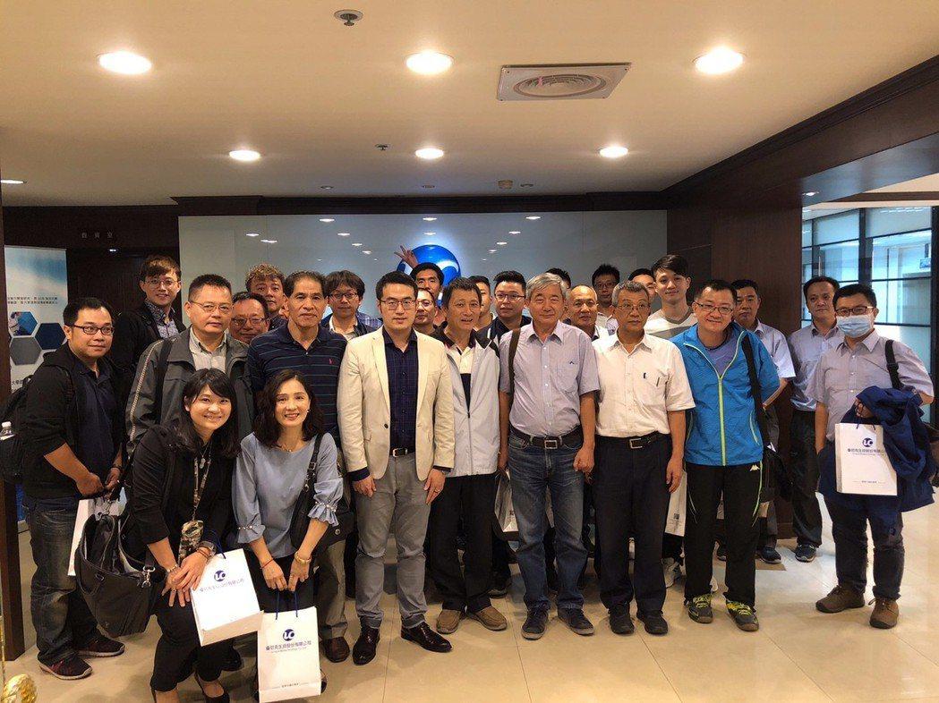 優尼克生技發表二代產品,總經理馬瑞彣(前排左三著白色西裝外套)與眾多廠商合影。 ...