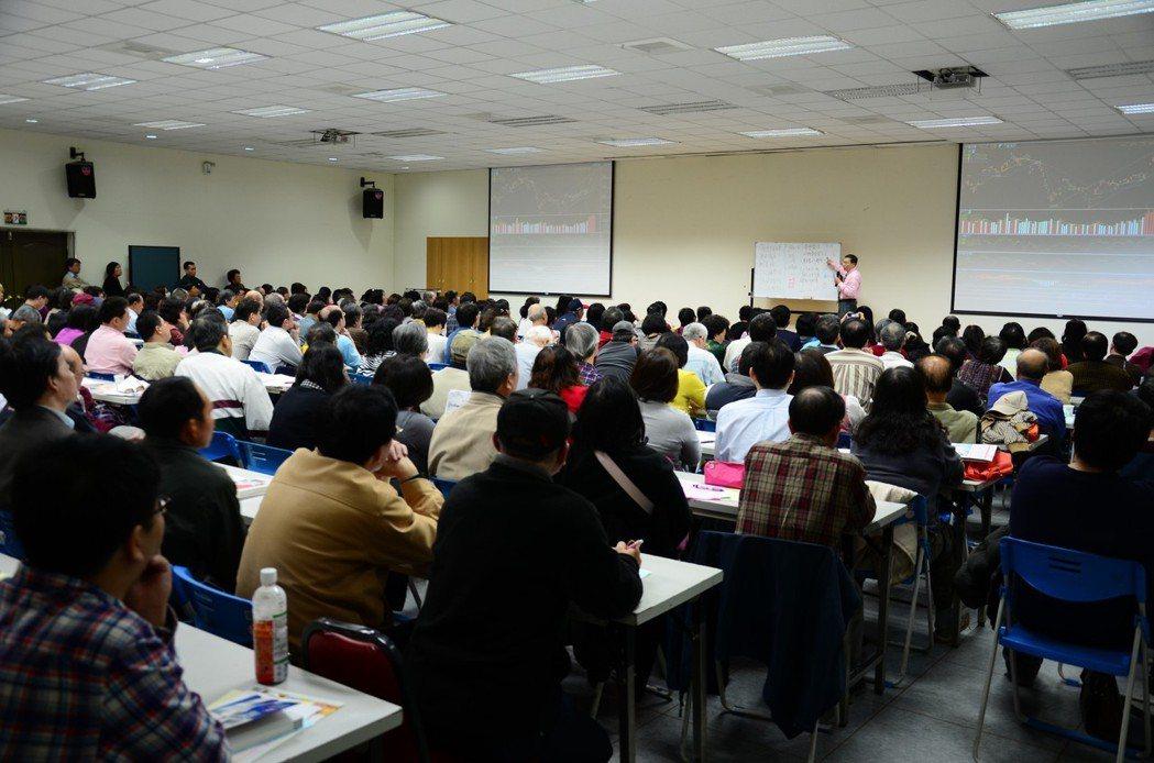 股市知名作家陳霖,股期權三合一免費分享課程報名踴躍 圖/奇霖管理顧問提供