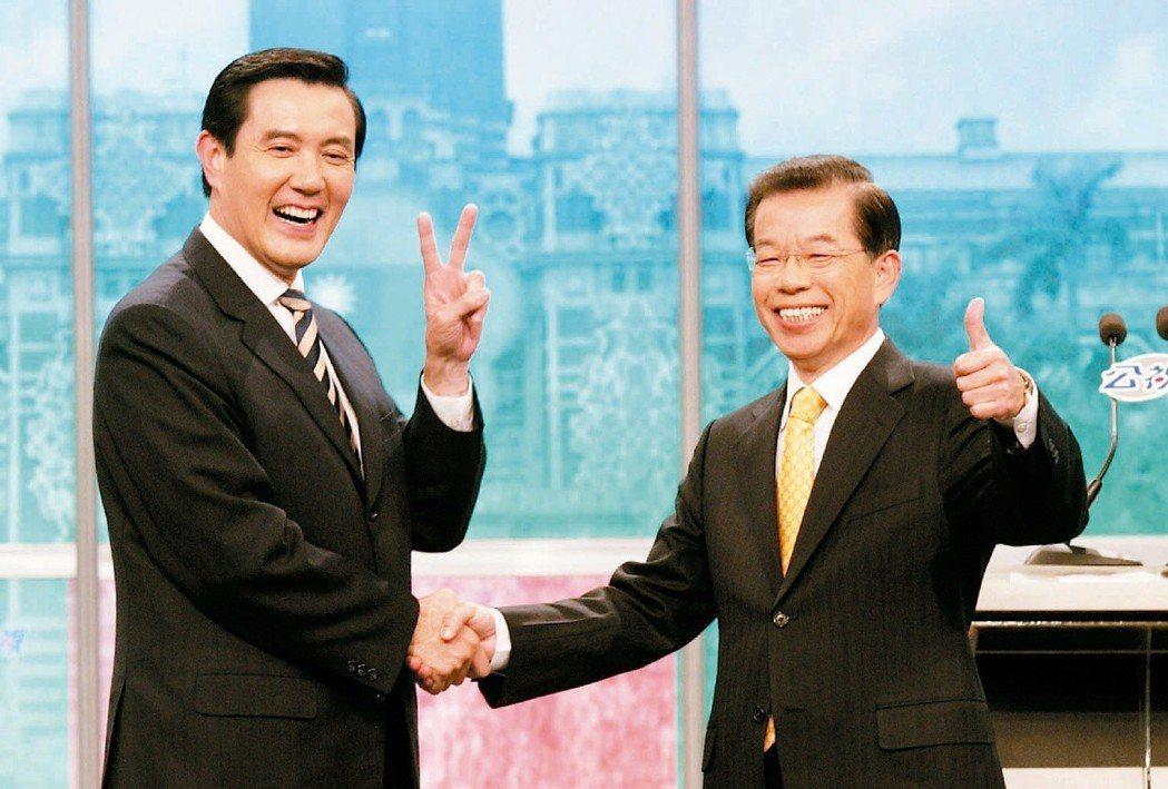 2008年總統大選候選人謝長廷(右)與馬英九(左),進行辯論各自比出自己的競選號...