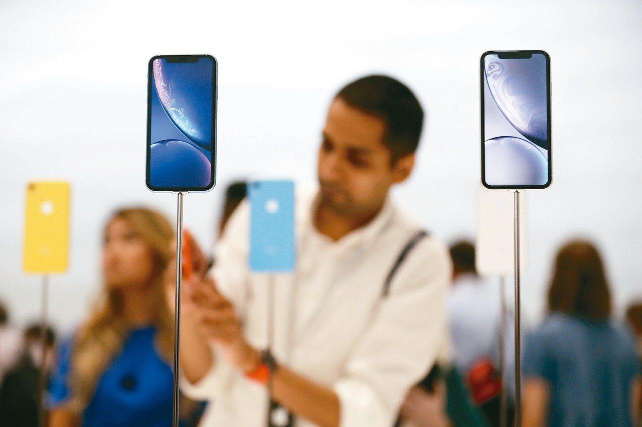 蘋果iPhone XR今日開放預購,該機款被市場視為最具銷售爆發力機種。 美聯社