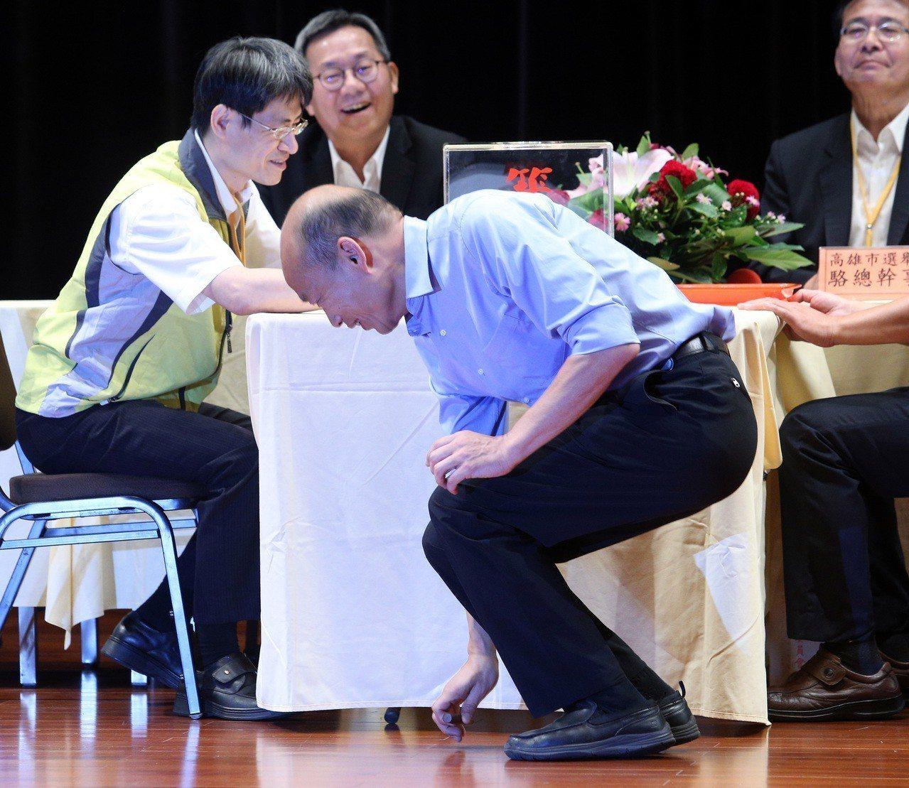 國民黨高雄市長候選人韓國瑜抽籤時, 籤筒掉下來,台下馬上有人送上「及第(地)」的...
