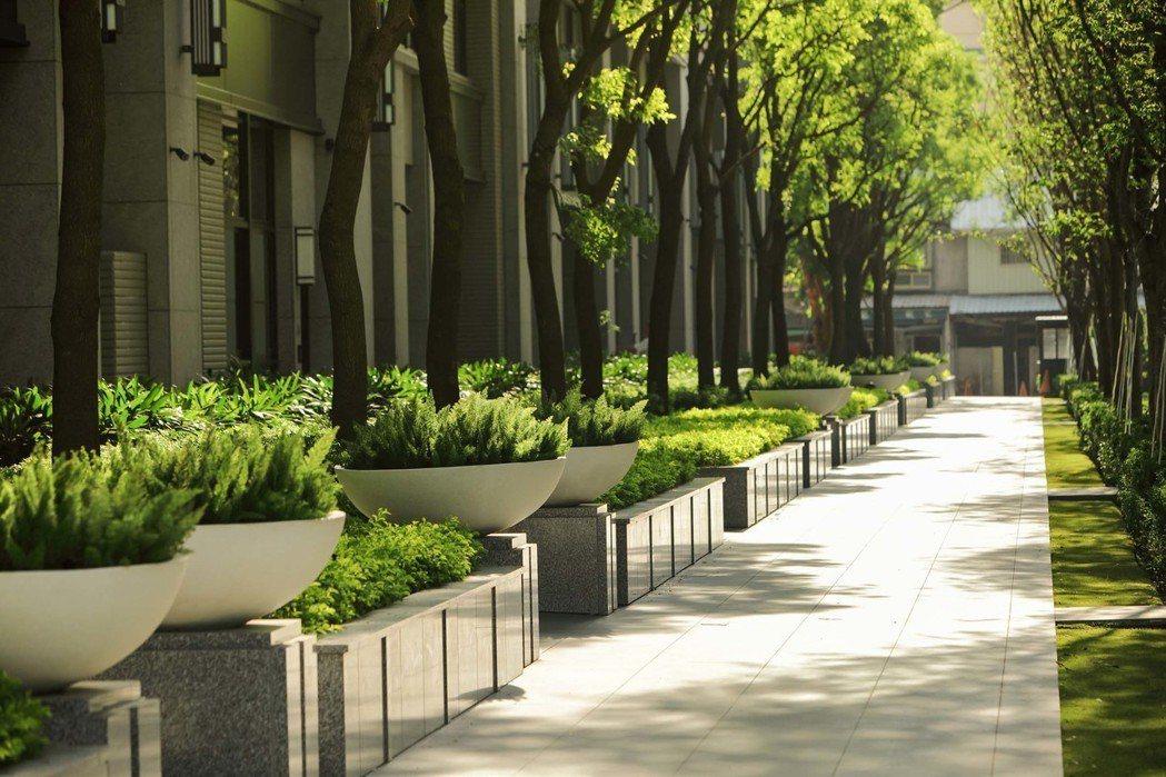 漫步中庭,感受庭院深深深幾許的詩意。