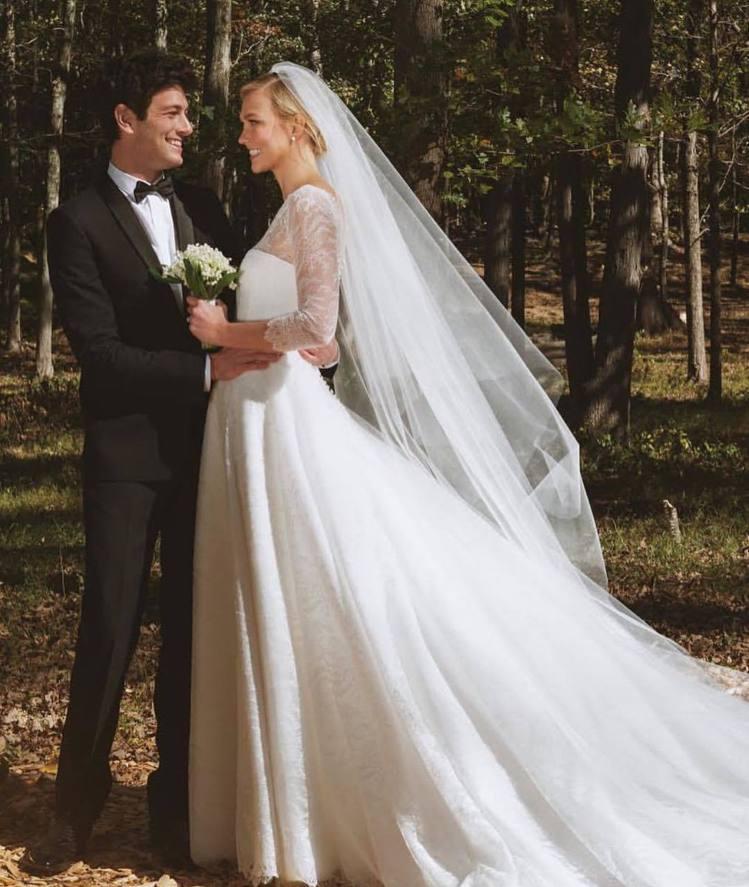 Karlie Kloss穿著Dior訂製婚紗和企業家Joshua Kushner...