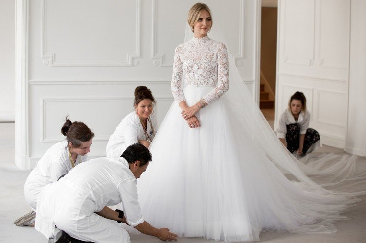 Dior創意總監Maria Grazia Chiuri為Chiara Ferra...