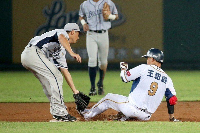 三年多來,王柏融受到萬眾矚目已是台灣棒球的基礎知識。今年7月,中信兄弟李振昌(左...