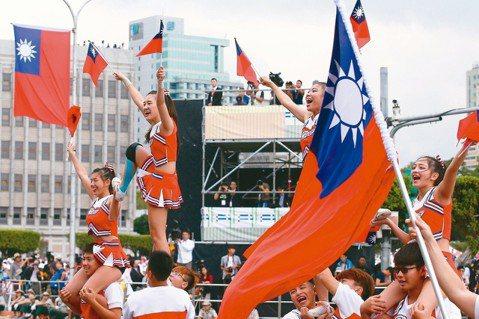 今年的國慶大會總統府前舉行,手持國旗的啦啦隊熱情演出。  記者王騰毅/攝影