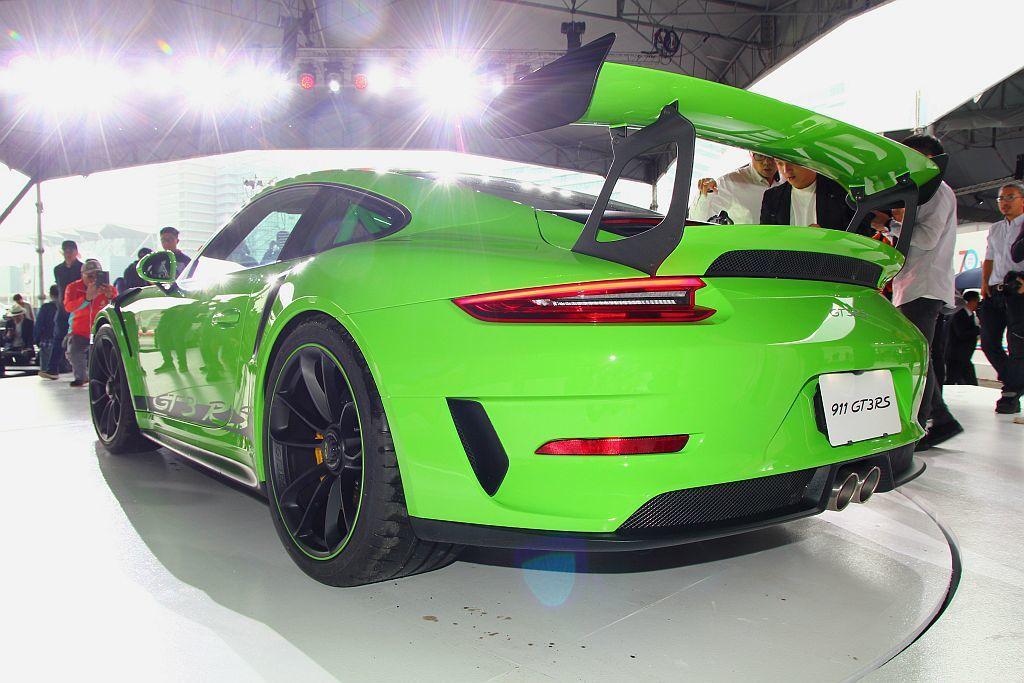 保時捷911 GT3 RS搭配前20吋、後21吋的輕量化鍛造鋁圈及前265/35 R20、後325/30 R21的高性能跑車胎,大幅強化靈活性和轉向性能。 記者張振群/攝影