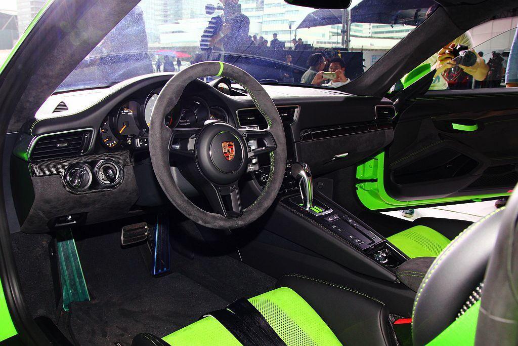 跑車化方向盤外盤幅以黑色 Alcantara麂皮包覆,正上方十二點鐘位置的黃色標...