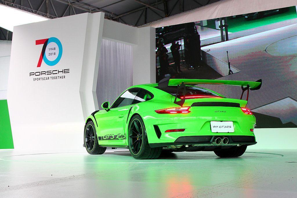 保時捷911 GT3 RS搭載4.0L六缸水平對臥自然進氣引擎,在全面競技化的調校下可輸出520hp最大馬力,峰值扭力更達47.9kgm。契合運動化調校的七速PDK變速系統僅需3.2秒即可完成0-100 km/h加速。 記者張振群/攝影