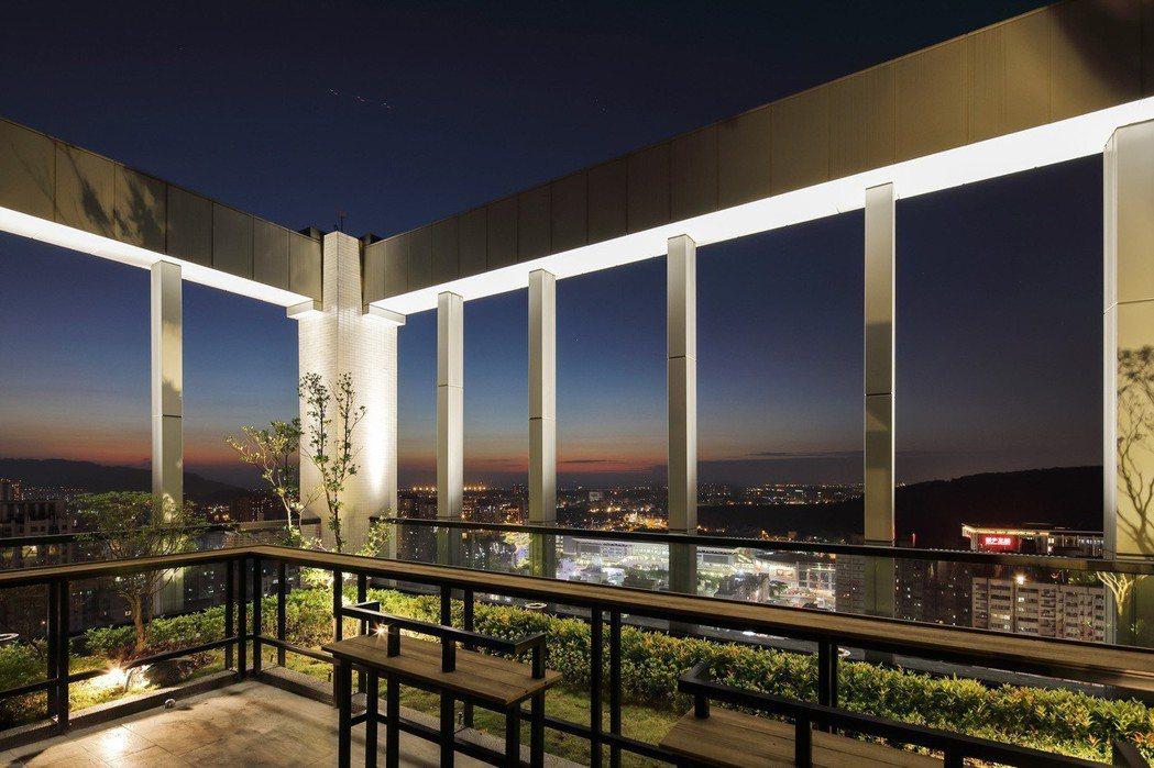 頂樓空中花園,靜賞星空銀河、北高雄璀璨夜景。 圖片提供/嵩豐建設