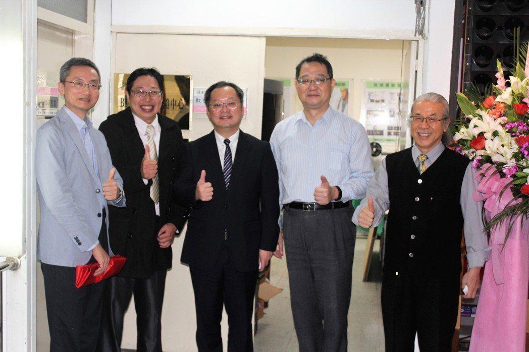 (左起)華夏科大室內設計系主任詹肇裕 、台灣都市更新推動全國學會理事長林煌欽、華...