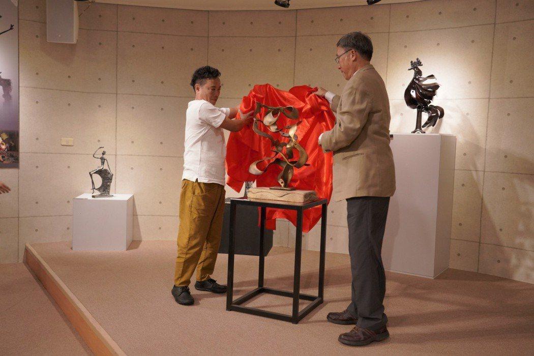 李大偉校長(右)與趙世賢共同揭開致贈作品 健行科大/提供。