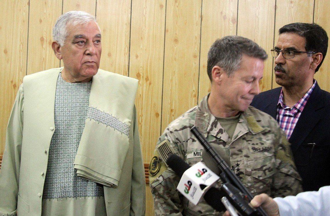 省長(左)死前與米勒將軍(右)會議合影。 圖/美聯社