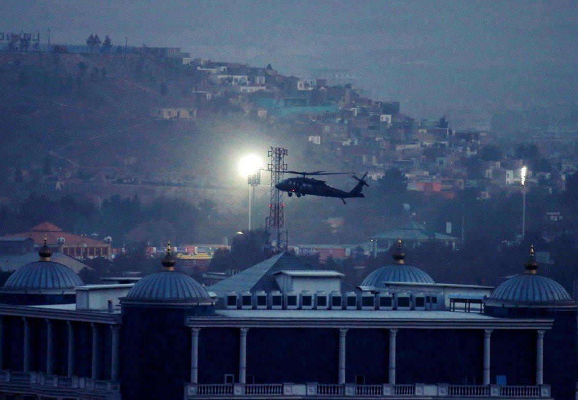 18日深夜,一架美軍直升機疑似載著遇襲後的米勒上將,降落在喀布爾的北約總部基地。...