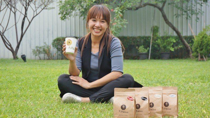 景大食品第二代、現任執行長洪于秦,坐在公司前方青草地,樂談咖啡事業。 徐谷楨/攝...