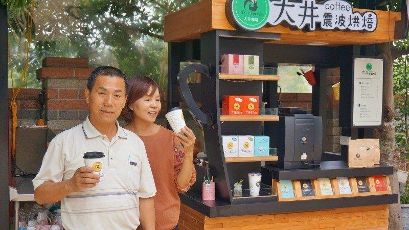 景大食品公司董事長洪健瑋與夫人,以及「大井震波烘焙咖啡」餐車。 徐谷楨/攝影