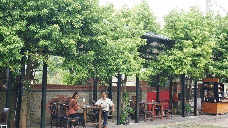 景大食品公司彰化總部,規畫一整排咖啡座,綠樹成蔭好乘涼。 徐谷楨/攝影